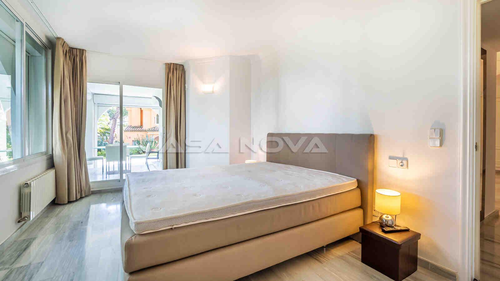 Modernes Schlafzimmer mit viel natürlichem Lichteinfall
