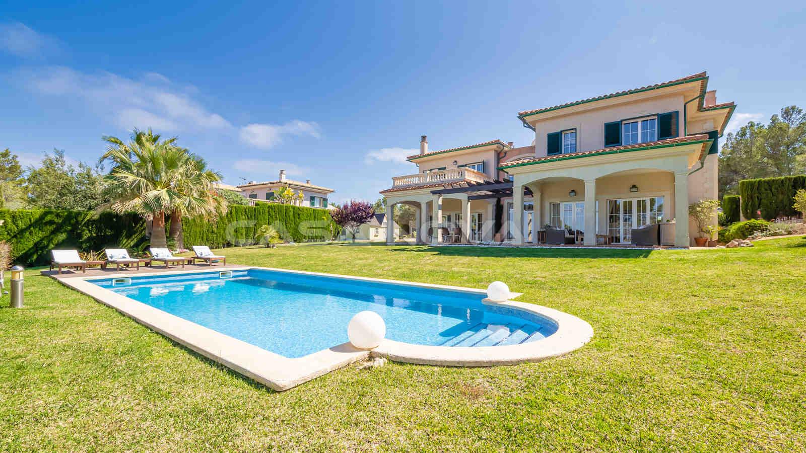 Mediterrane Villa auf grossem Grundstück mit Pool