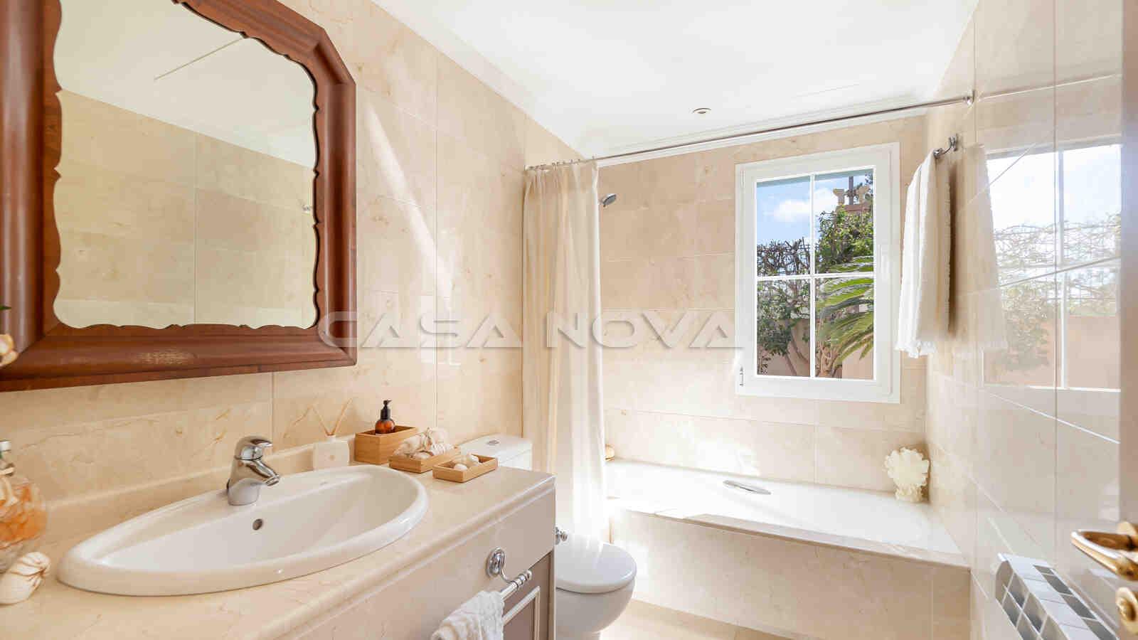 Helles en Suite Badezimmer mit Badewanne