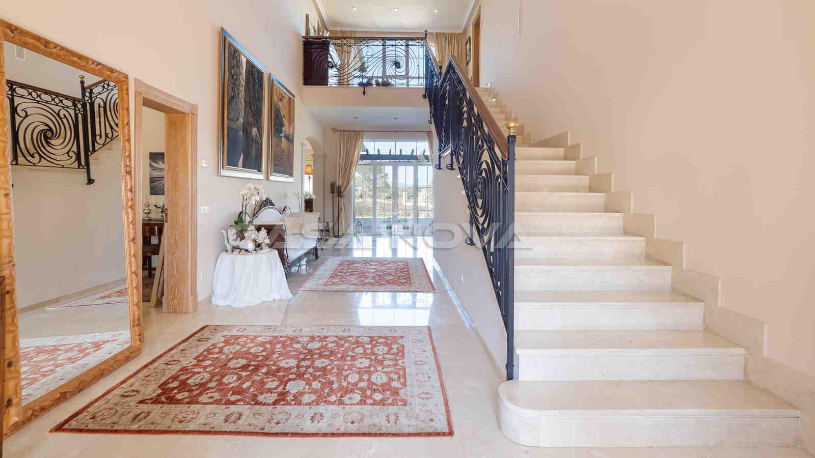 Imposanter Eingangsbereich mit hohen Decken