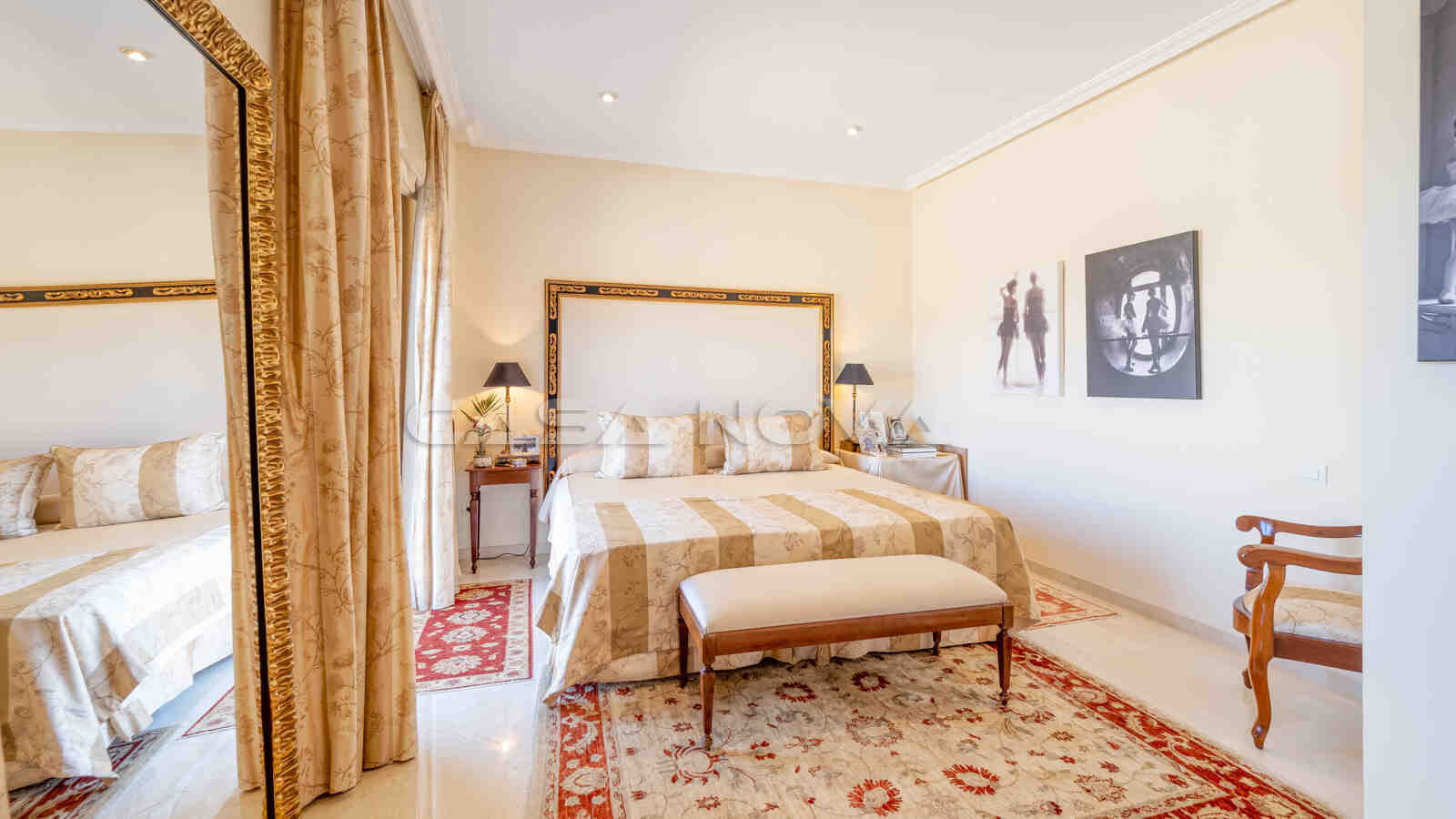Herrliches Hauptschlafzimmer mit privater Terrasse
