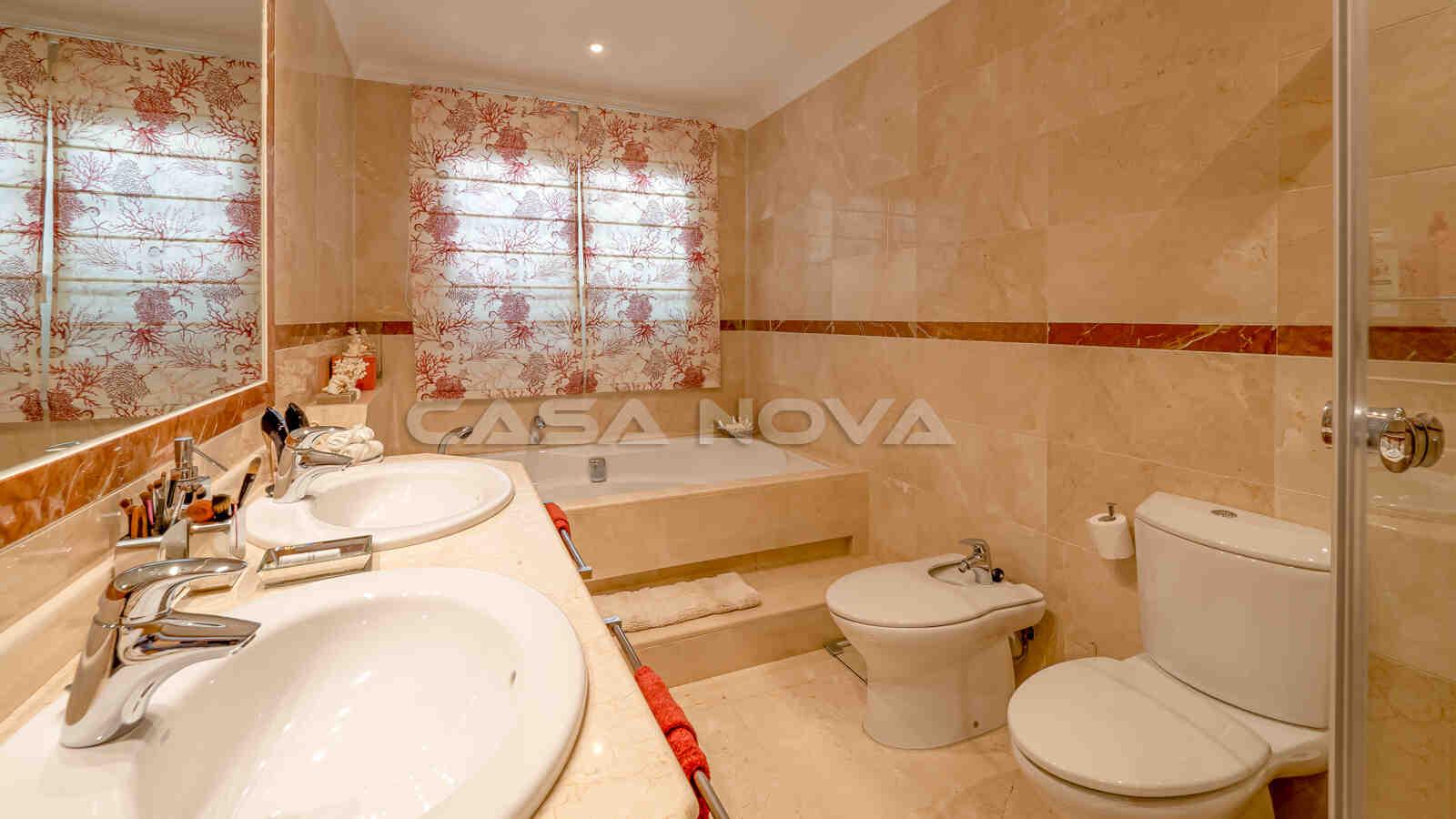 Grosses Badezimmer en Suite des Hauptschlafzimmers