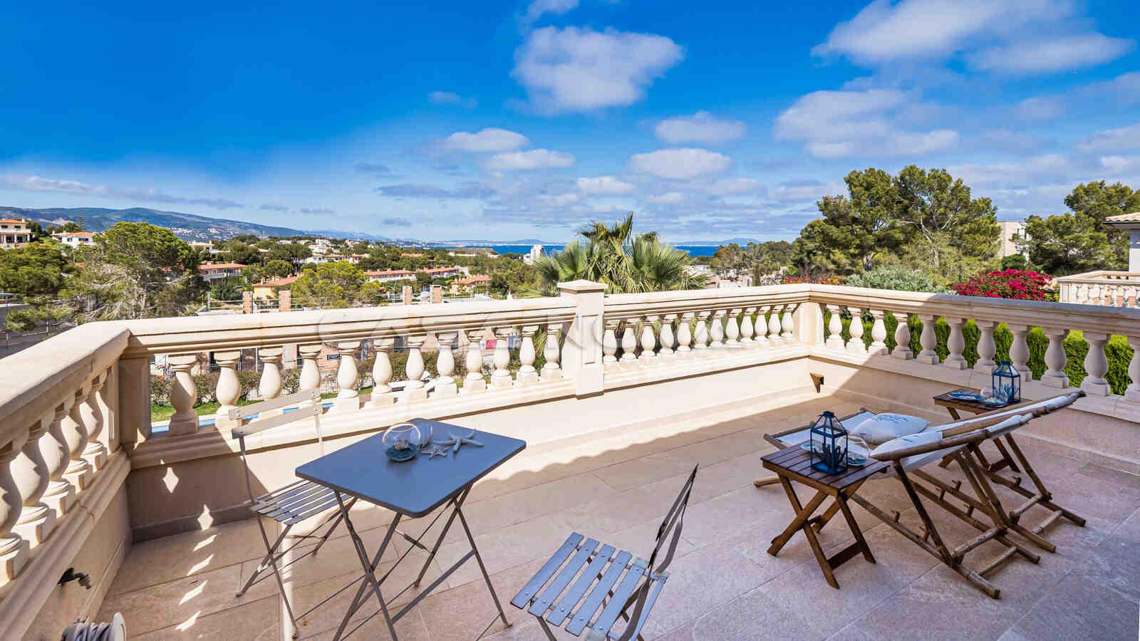 Grosszügige Terrasse mit Panoramablick auf die Umgebung