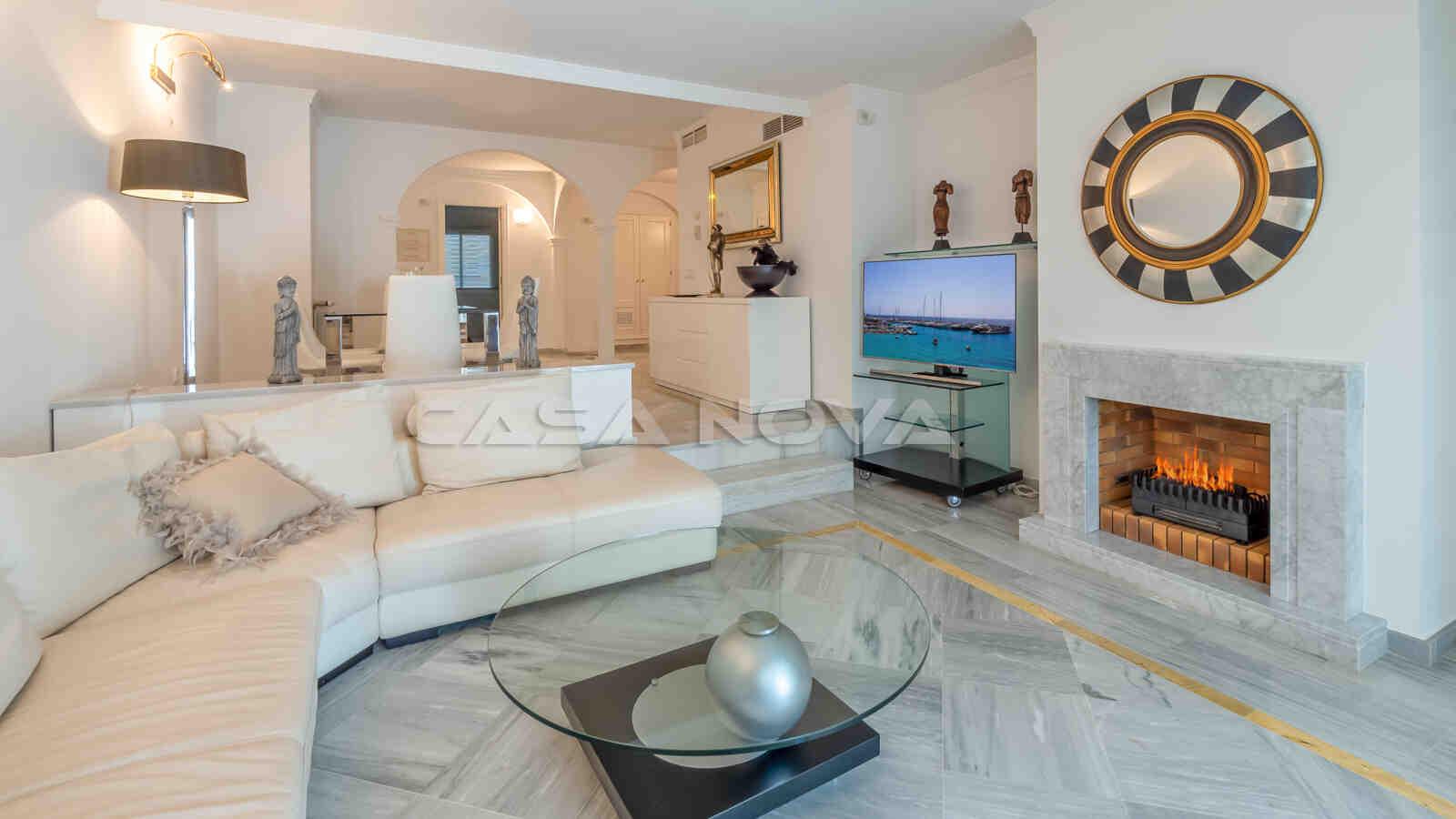 Komfortables Wohnzimmer mit Kamin