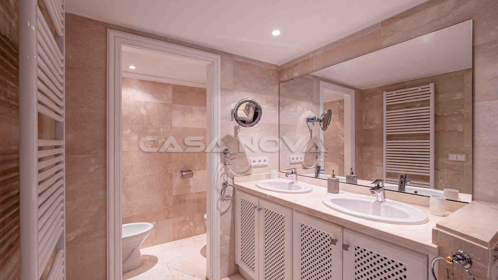 Grosses Badezimmer mit Doppelwaschbecken