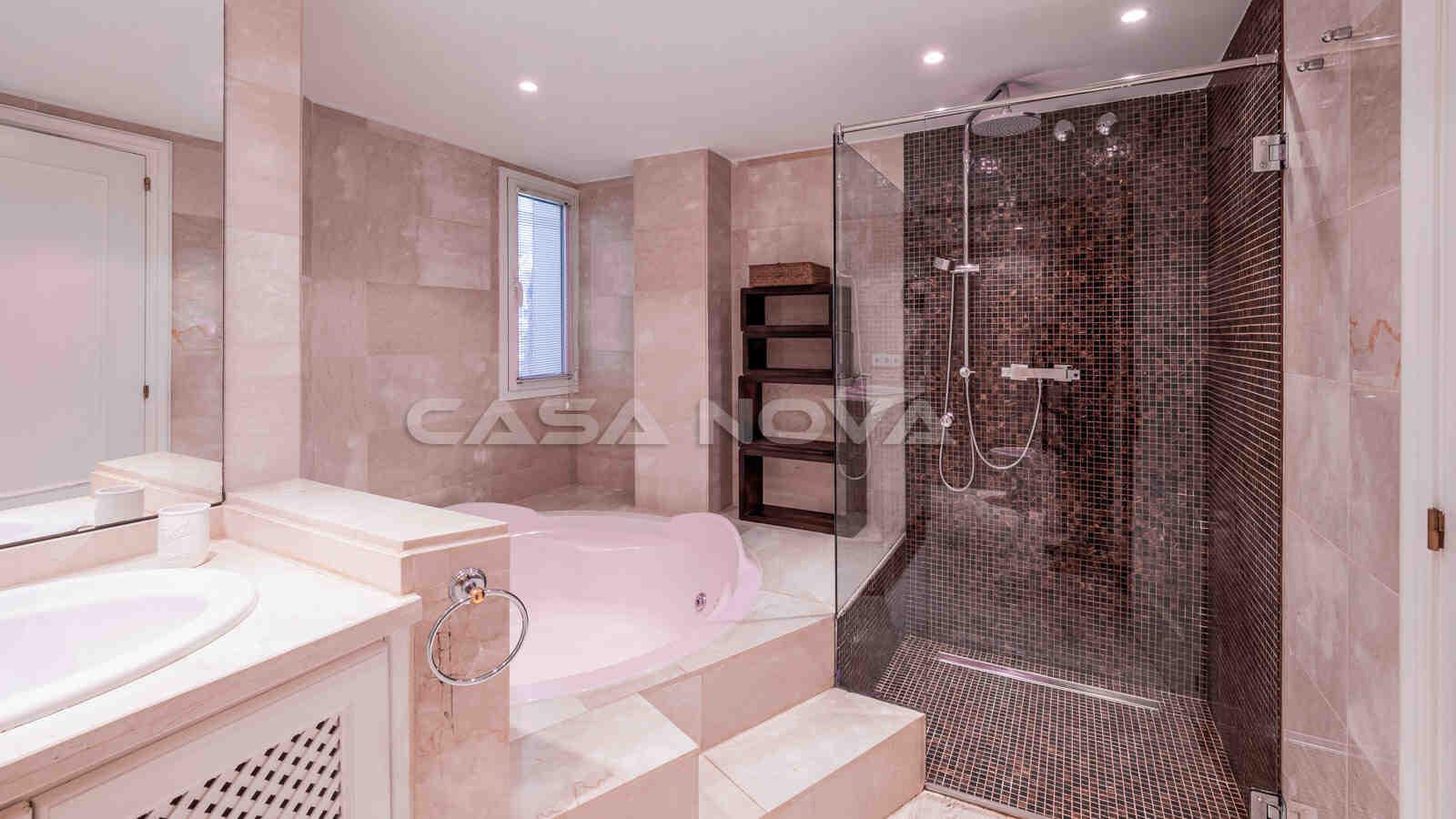 Badezimmer mit Dusche und Whirlpool-Badewanne