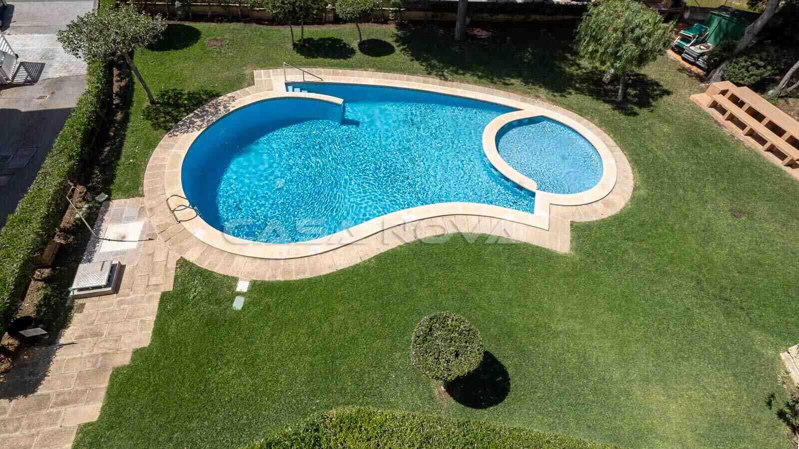 Blick von der Terrasse auf die Garten- und Poollandschaft