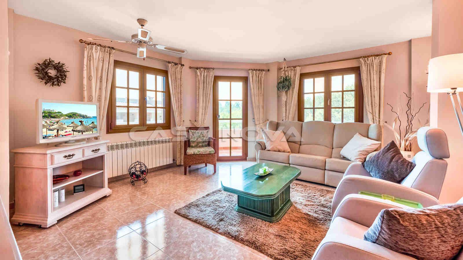 Familiärer Salon mit Zugang zur Terrasse