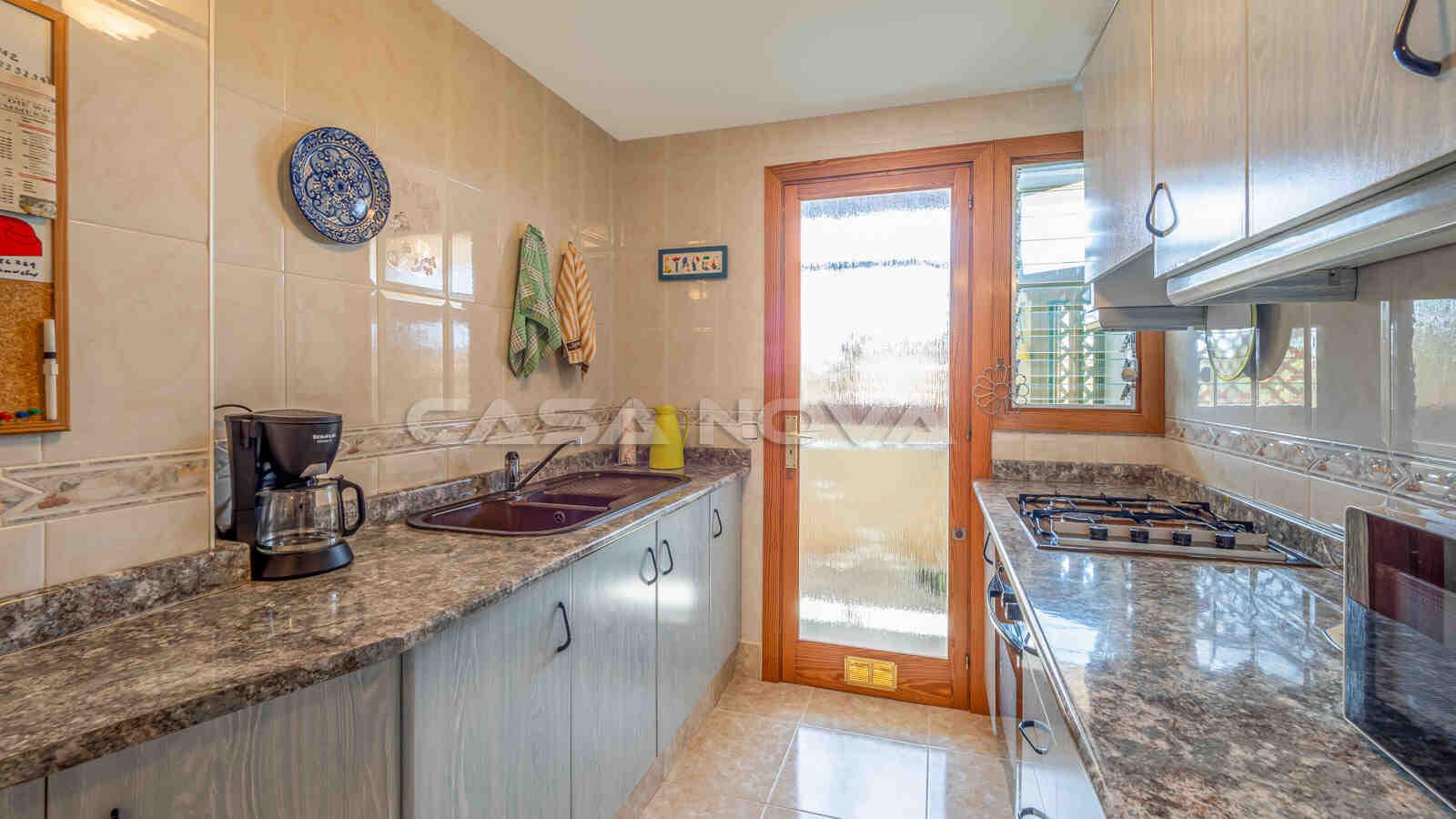Voll ausgestattete Einbauküche mit angrenzendem Hauswirtschaftsraum