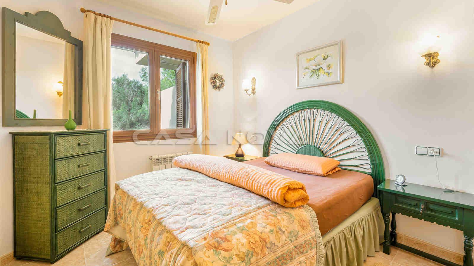 Helles Doppelschlafzimmer mit mediterraner Einrichtung