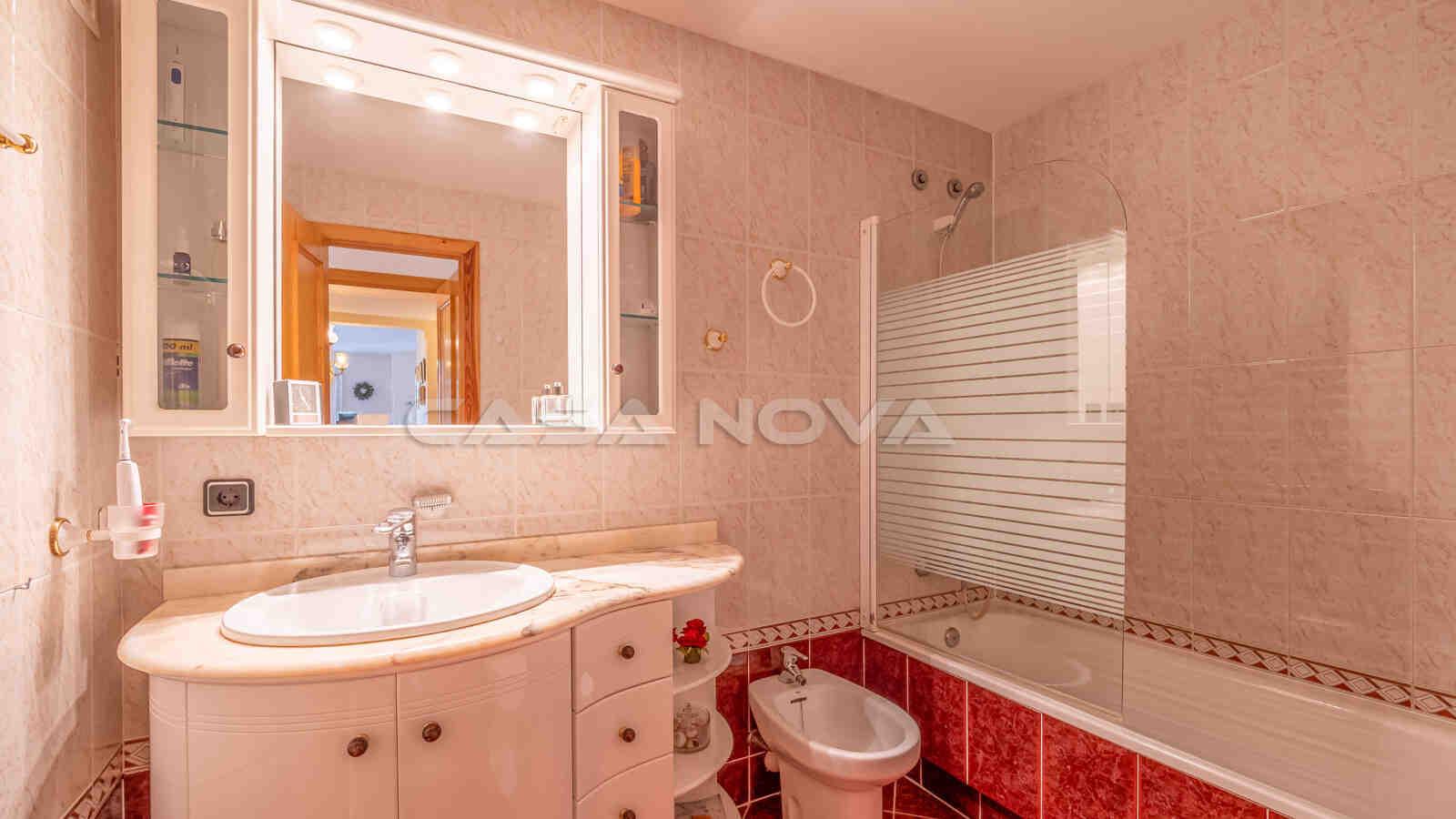 Schickes Badezimmer mit Badewanne