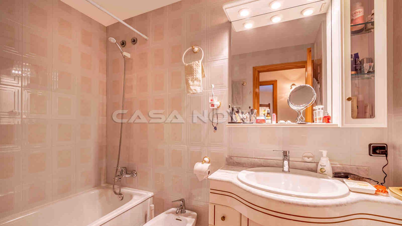 Zweites Badezimmer ebenfalls mit Badewanne