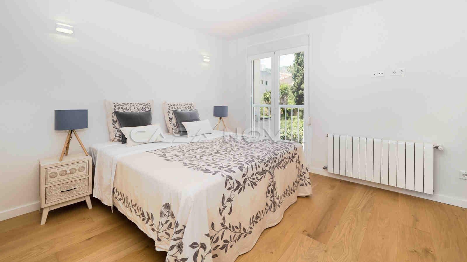 Grosses Doppelschlafzimmer mit viel natürlichem Lichteinfall