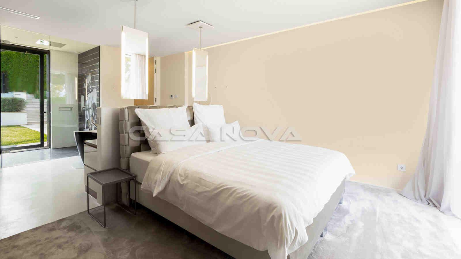Helles Doppelschlafzimmer mit viel Lichteinfall
