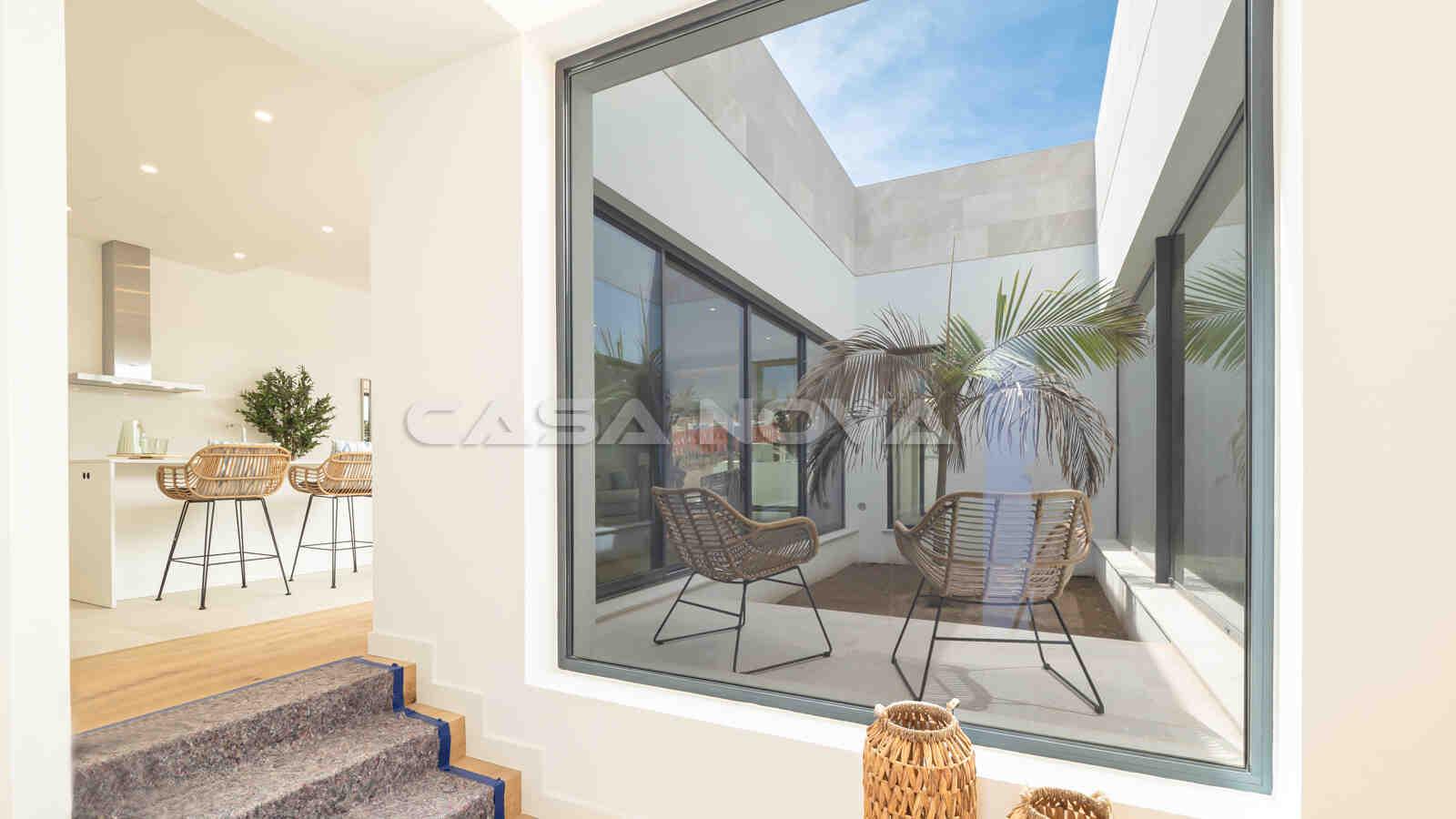 Stylisches Entré mit großen Fensterfronten