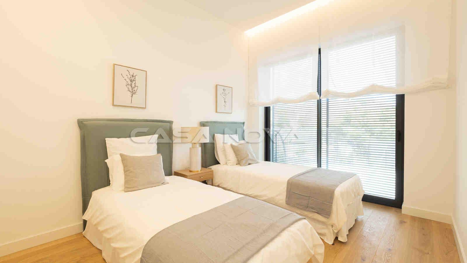 Modernes Doppelschlafzimmer mit schönem Blick