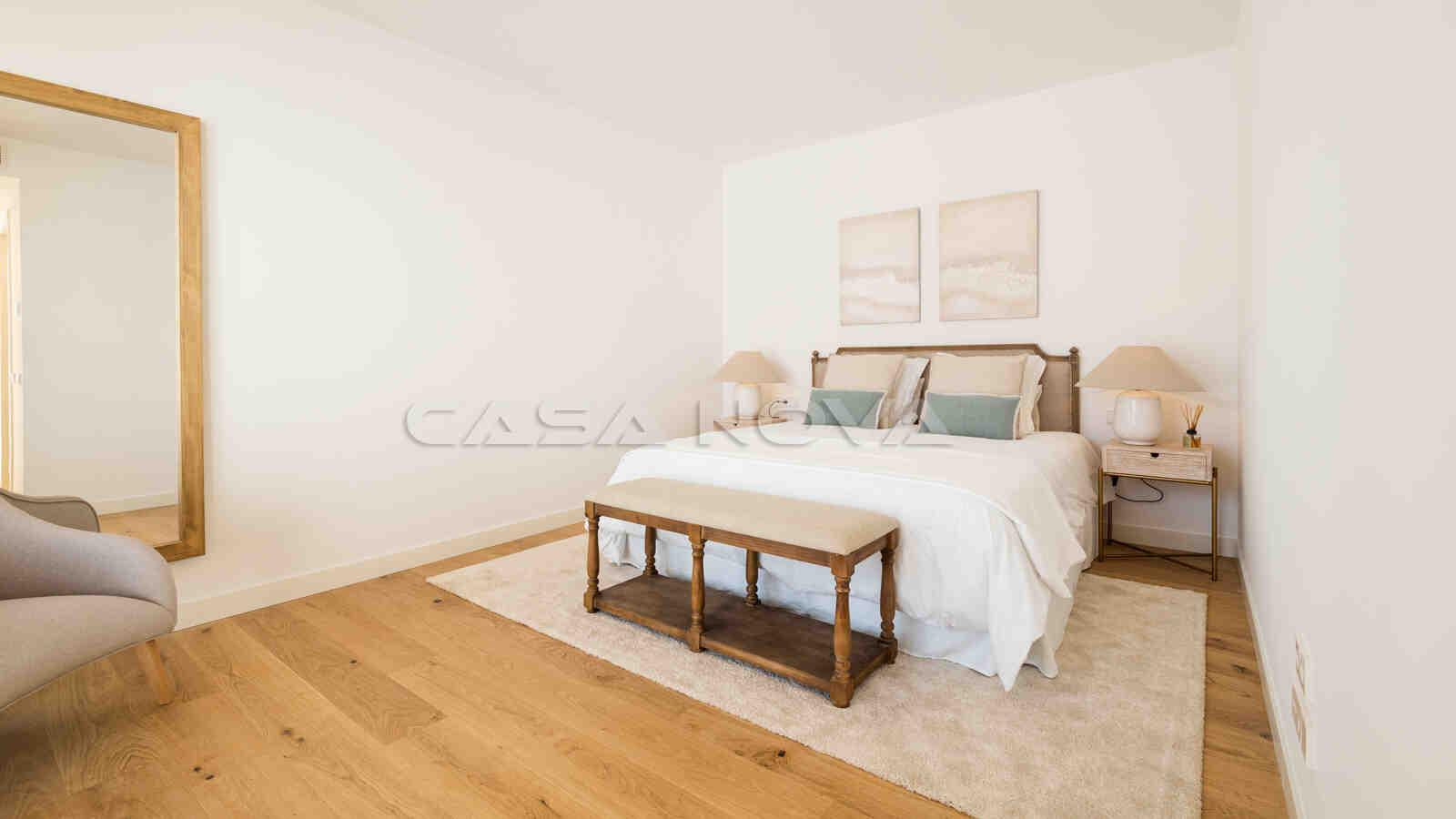 Großes Doppelschlafzimmer mit mediterranen Elementen
