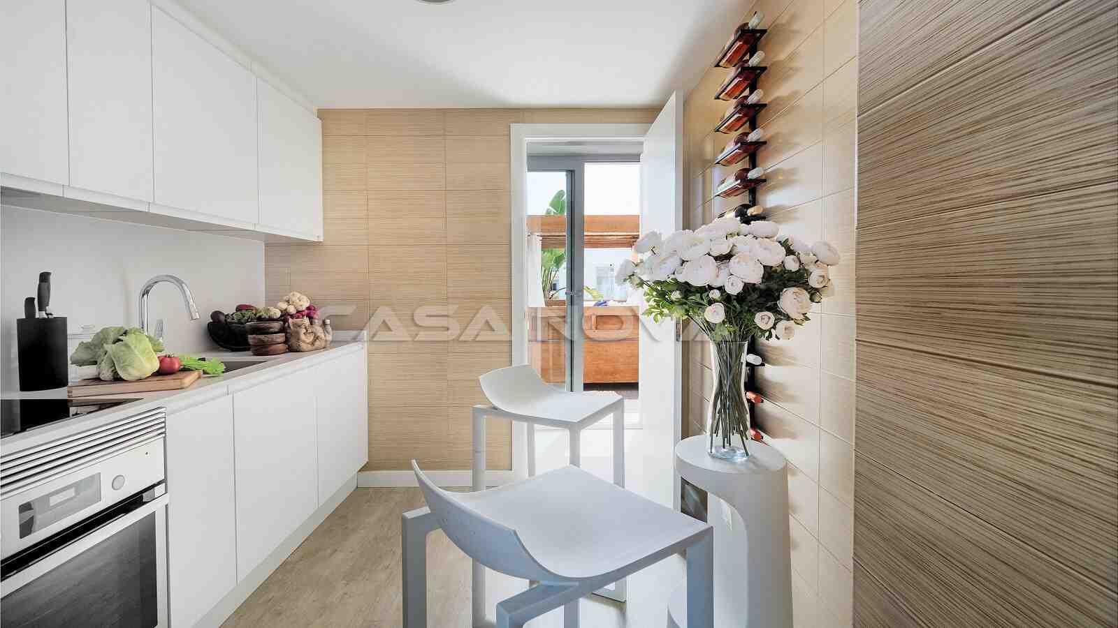 Moderne Einbauküche mit Terrassenzugang