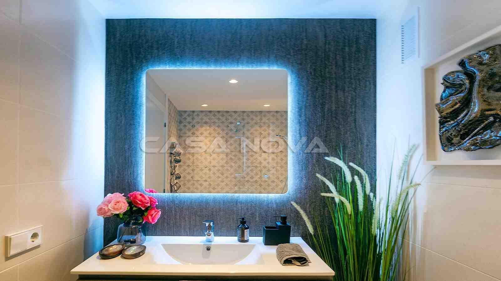 Hochmodernes Badezimmer mit LED Lichtern