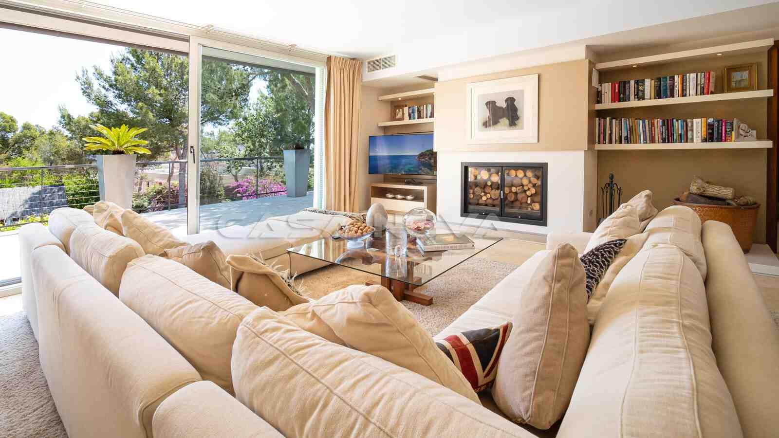 Geräumiges Wohnzimmer mit Terrassenzugang