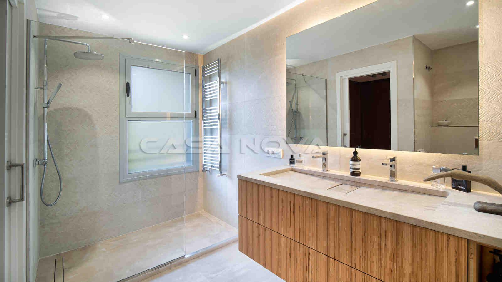 Modernes Badezimmer mit Glasdusche