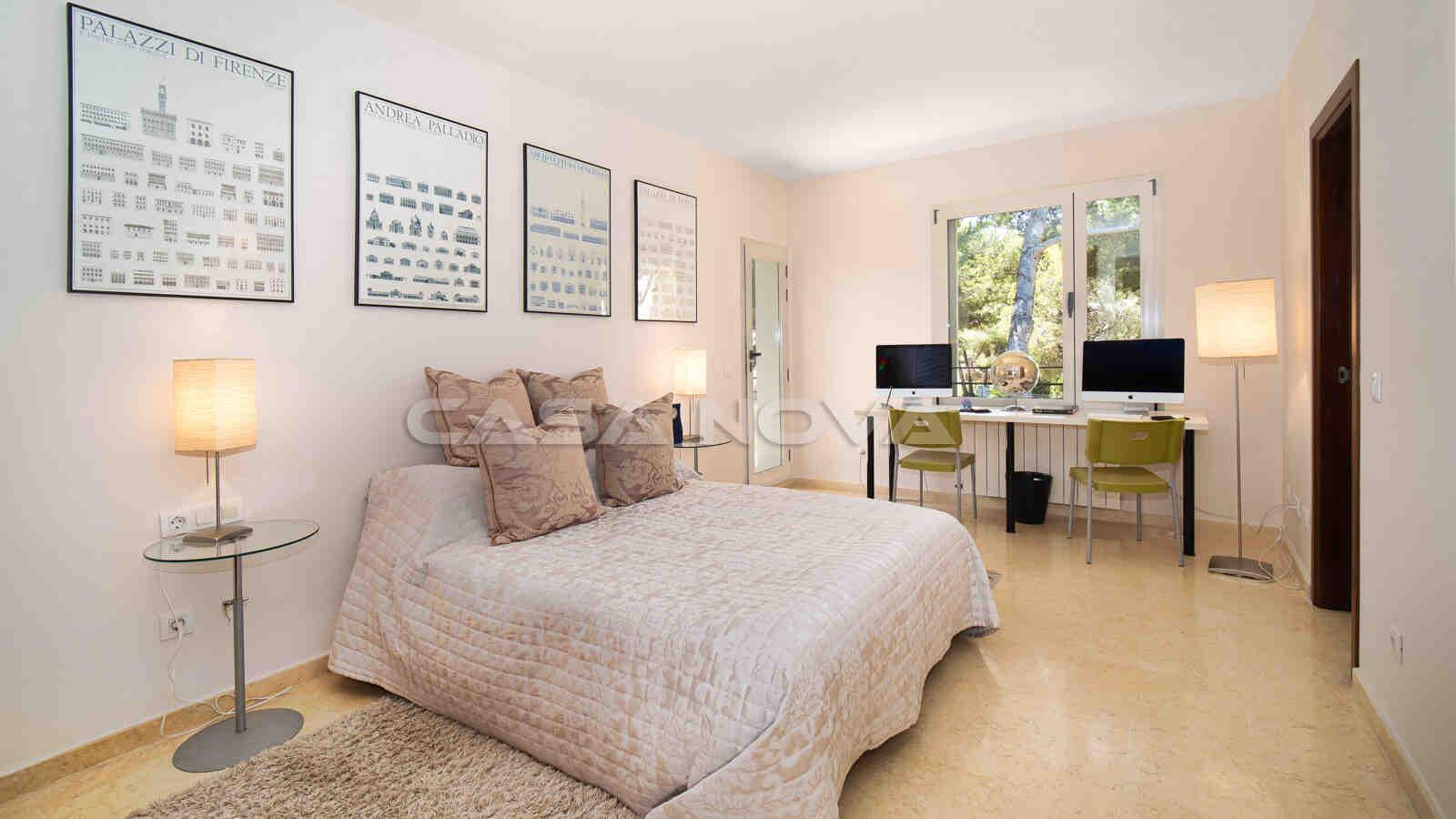 Schönes Doppelschlafzimmer mit viel Platz