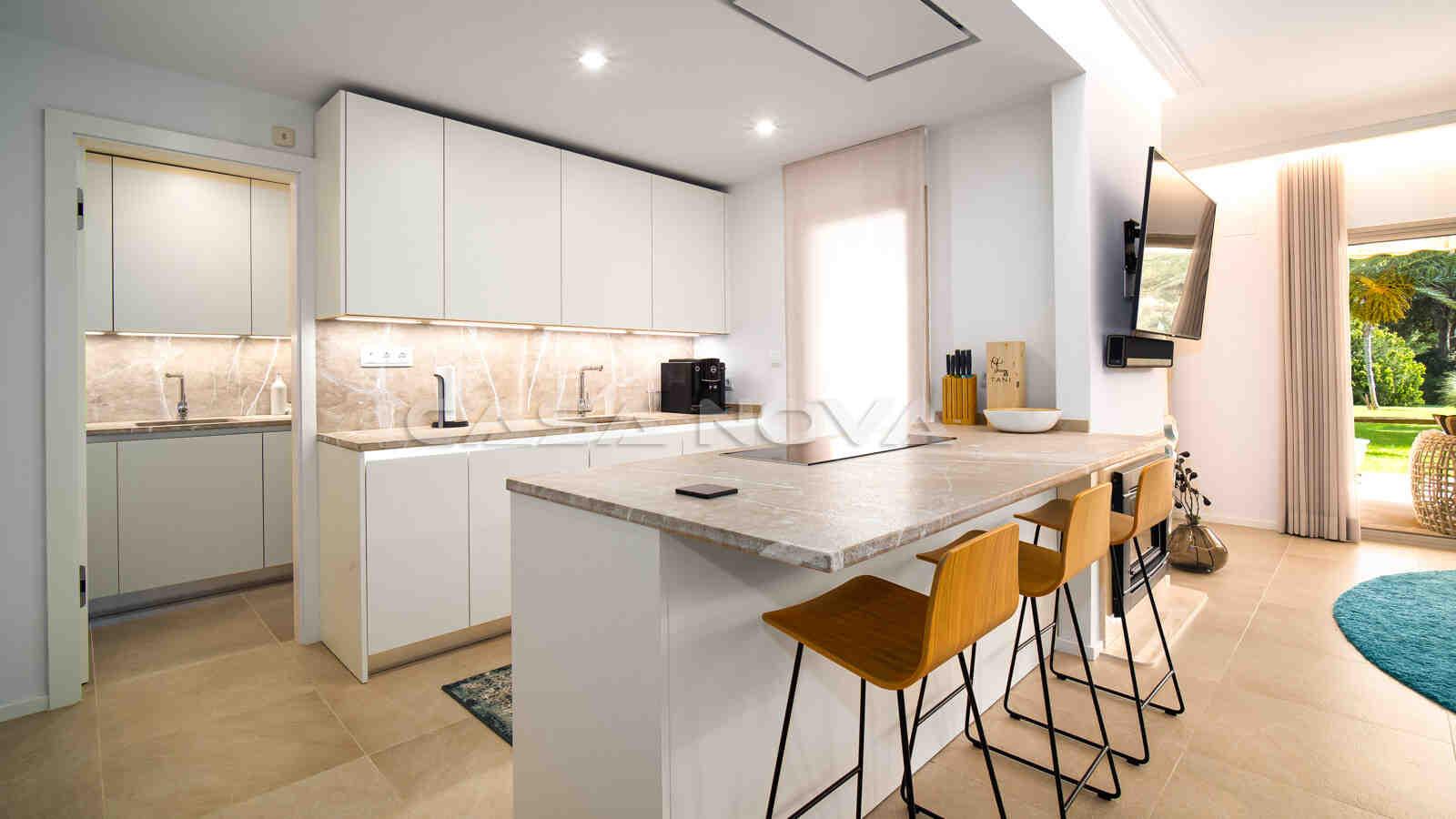 Moderne Einbauküche vollausgestattet mit Elektrogeräten