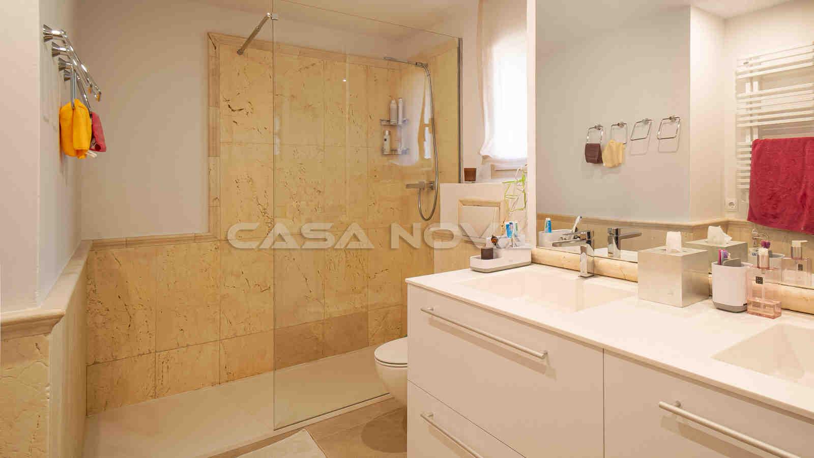 Charmantes Badezimmer mit großer Glasdusche