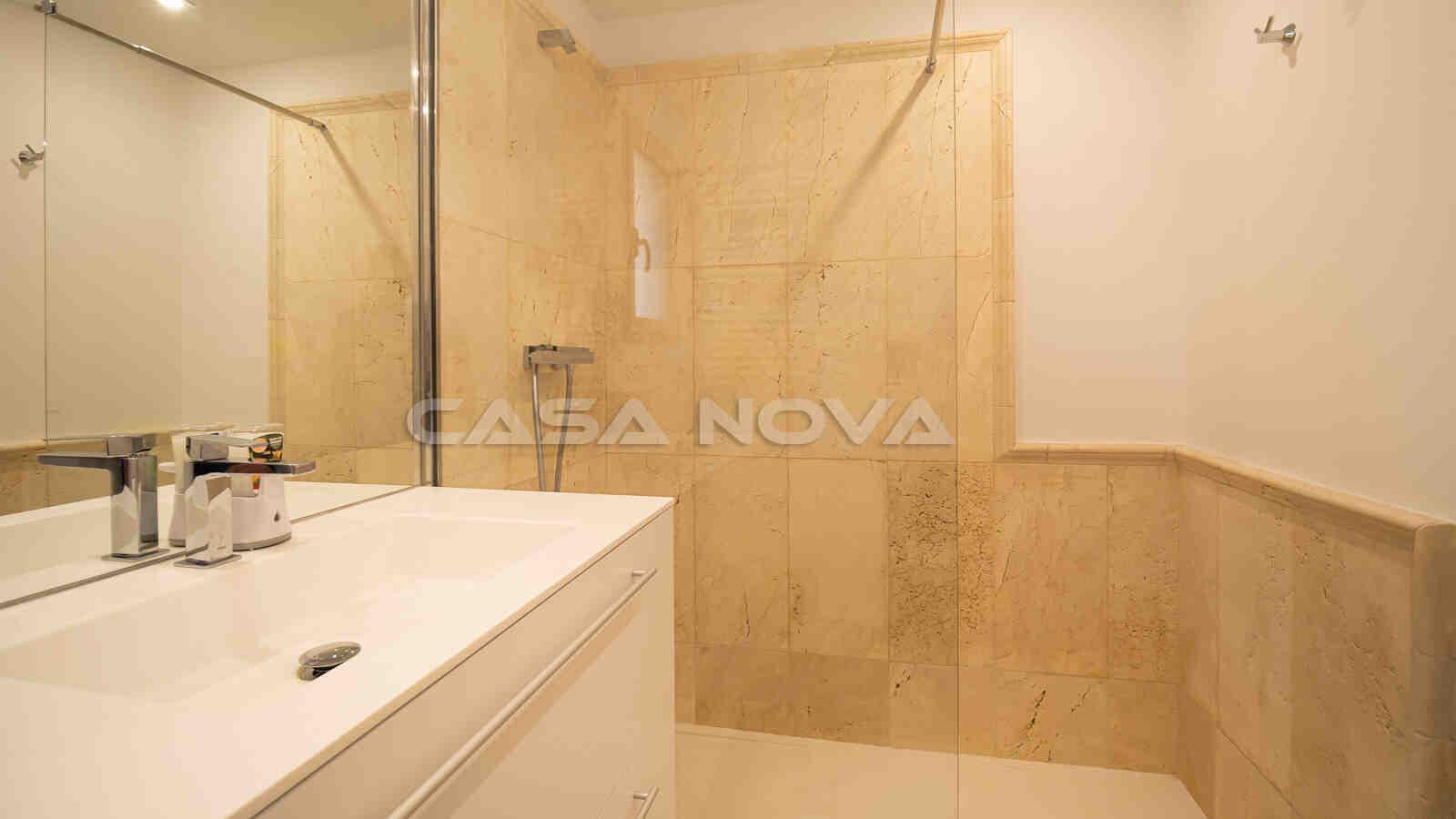Mediterranes Badezimmer mit Marmor Akzenten