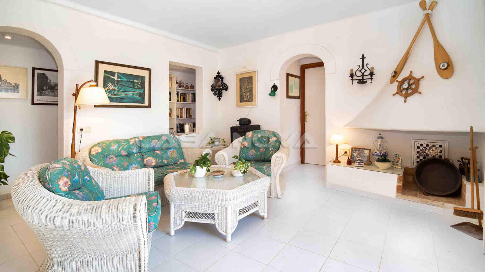 Großzügiges Wohnzimmer mit offenem Kamin