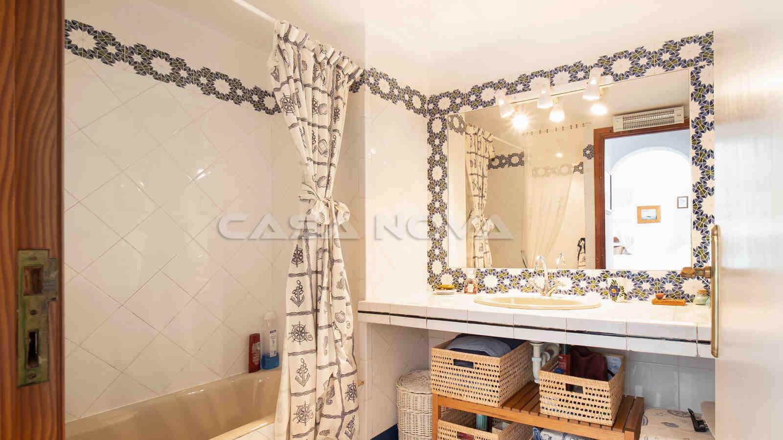 Schickes Badezimmer mit Wanne und Dusche