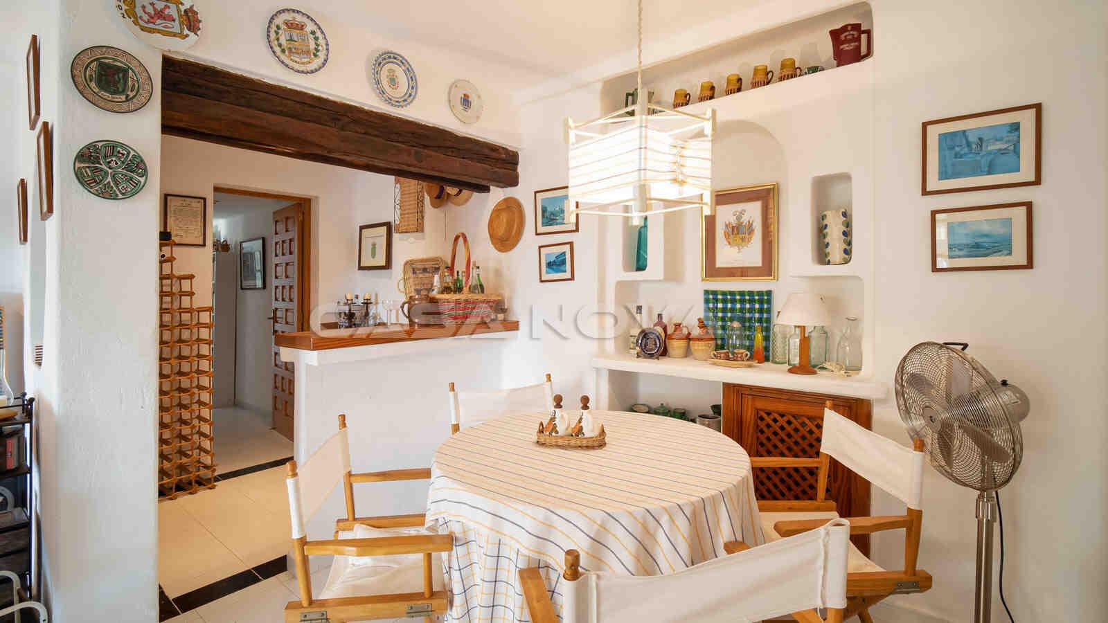 Kleine Einbauküche mit Elektrogeräten