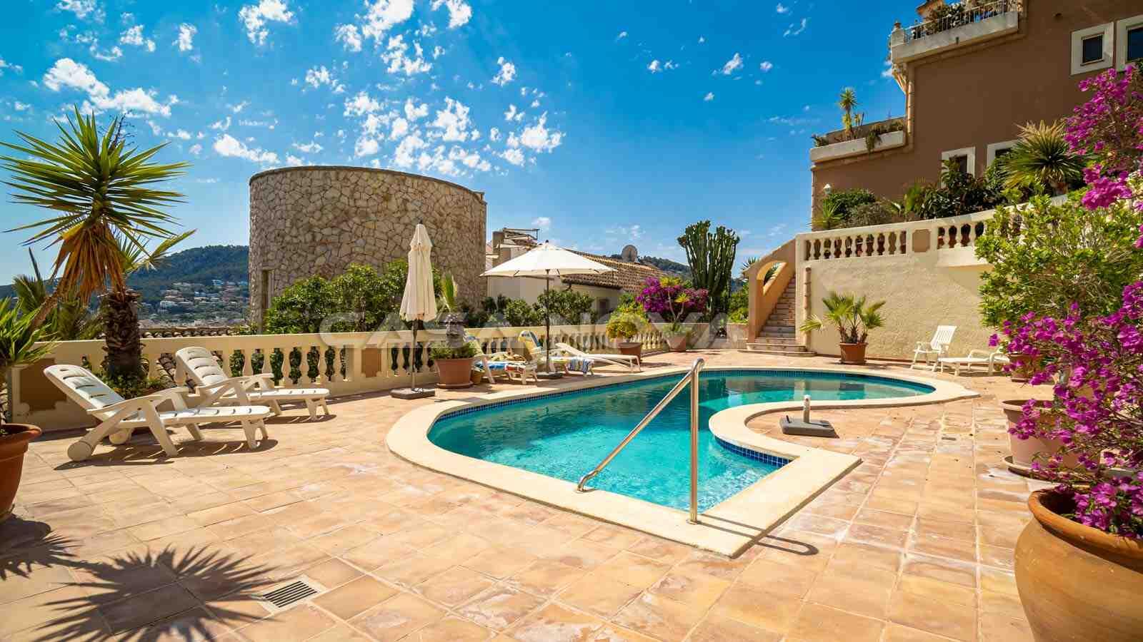Tolle Außenanlage mit Sonnenterrasse und Pool