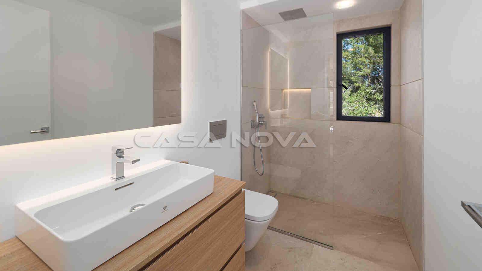 Geräumiges Badezimmer mit Glasdusche