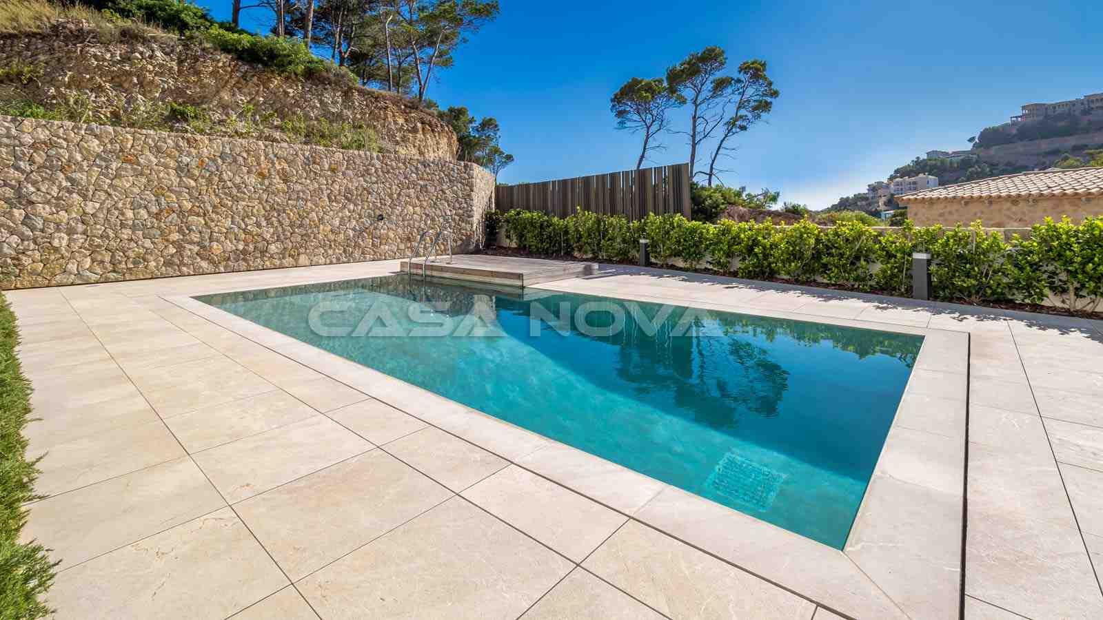 Paradiesischer Poolbereich mit Sonnenterrassen