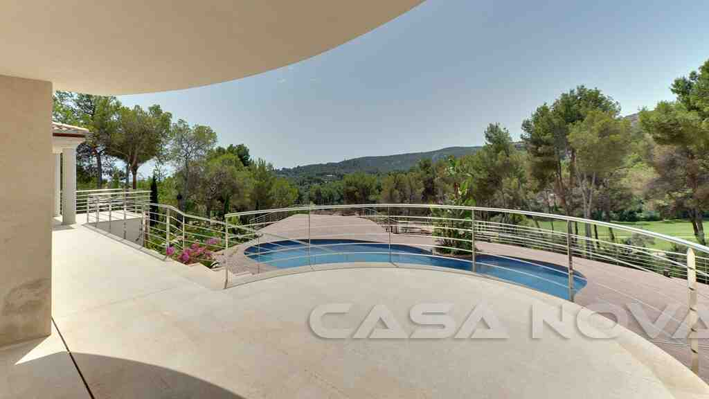 Wunderschöne Terrassenbereich mit Blick auf den Pool und die herrliche Umgebung