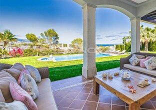 Einzigartige Villa in privater Villenresidenz mit Meerblick