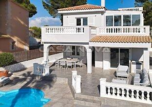 Helle und moderne Villa mit stilvoller Einrichtung in Yachthafennähe